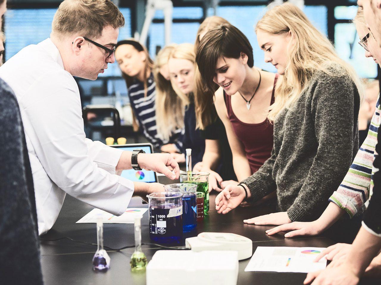 Elever og lærer i en kemitime
