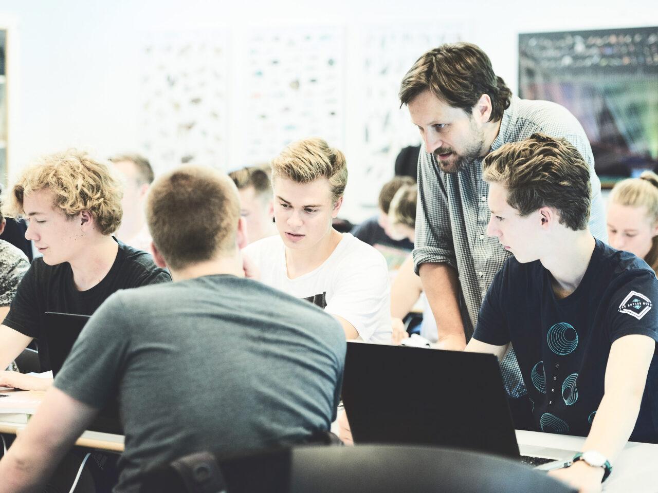 Elever og lærer i en fysikyime
