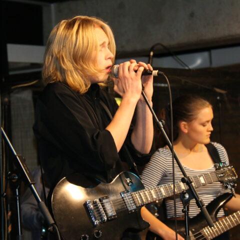 Musikelever optræder på scenen