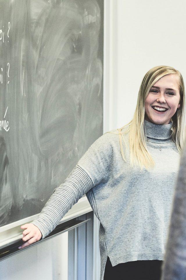 Elev og lærer ved tavlen i en fransktime