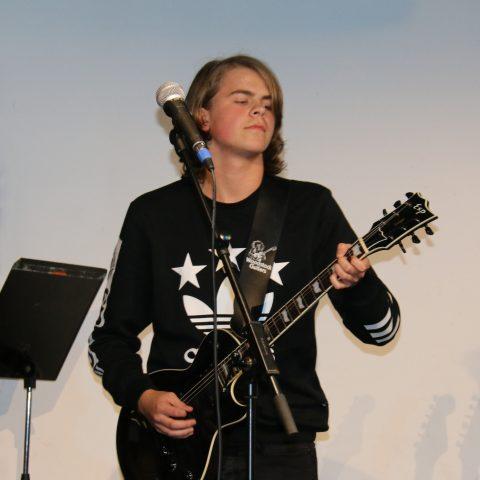 Elev spiller guitar