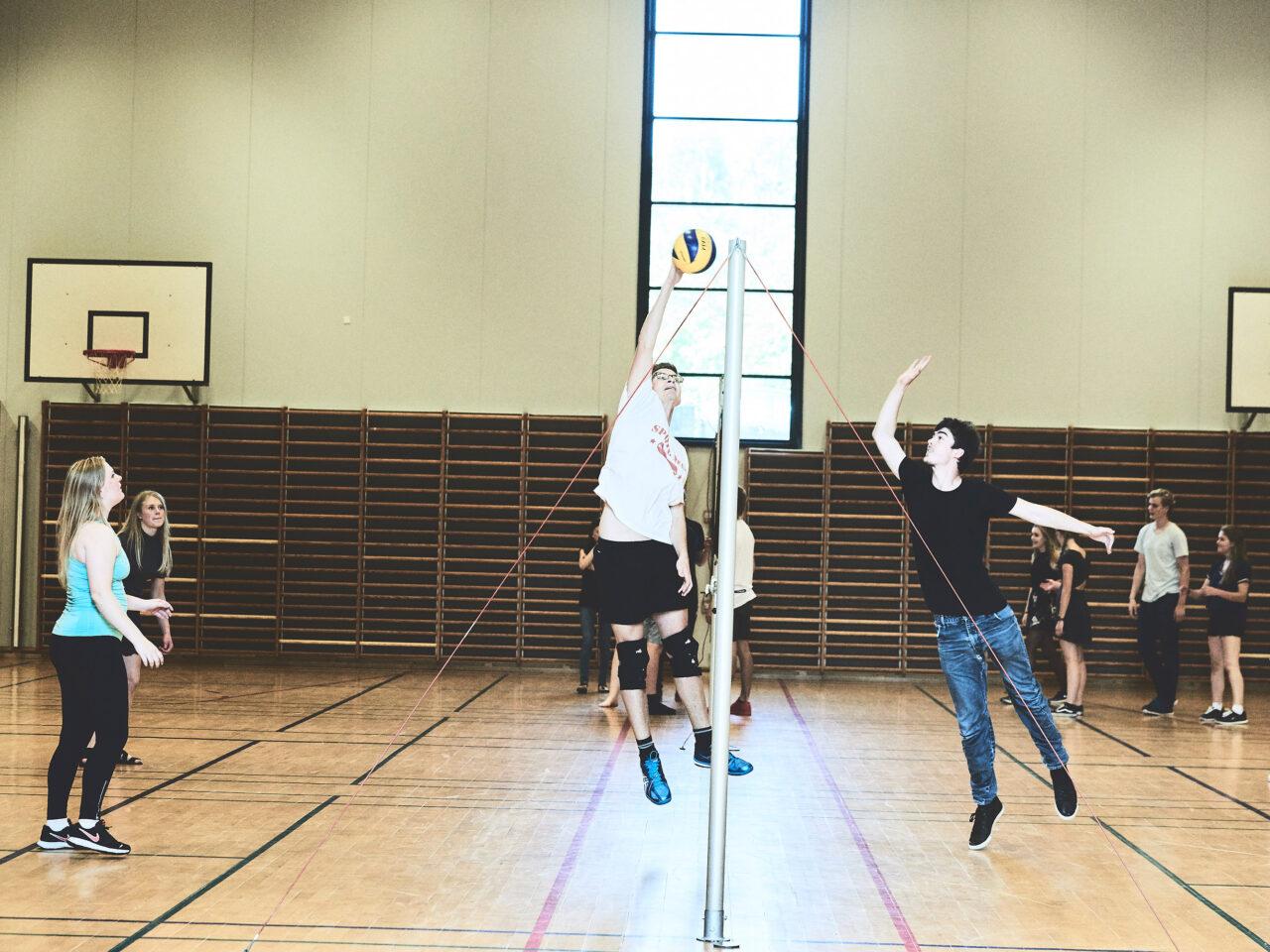 Elever spiller volleyball