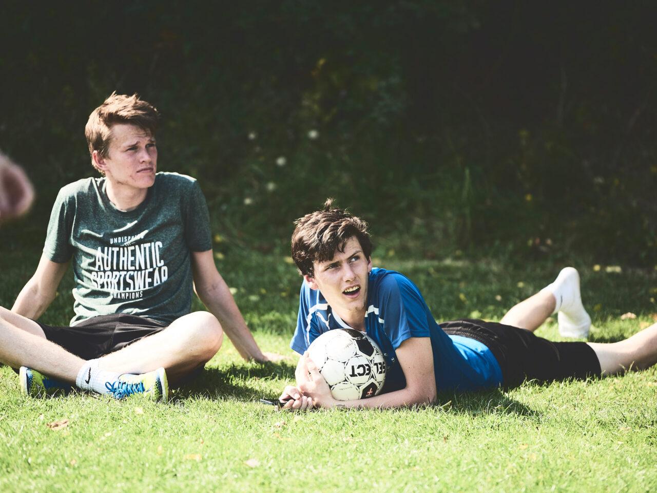 Afslapning på græsset efter en idrætstime