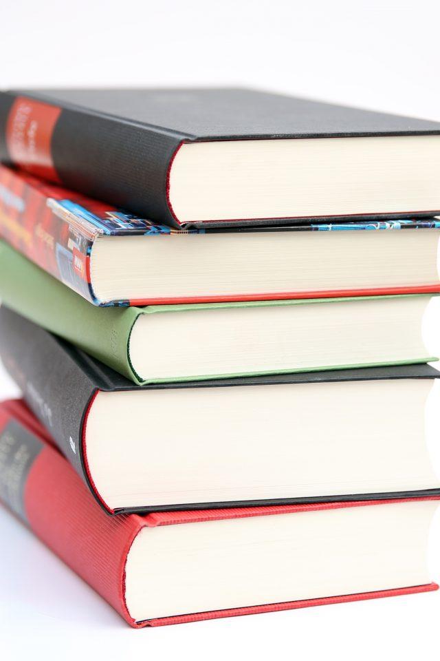 Billedet viser fem stablede bøger