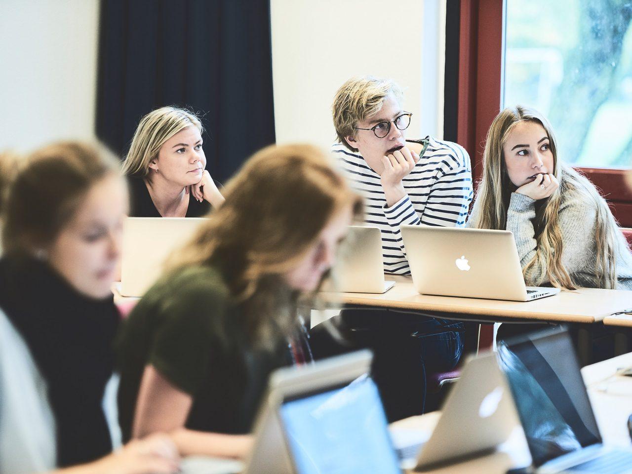 Lyttende elever i en undervisningen