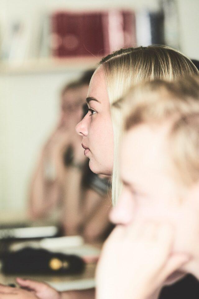 Pige i engelskundervisning