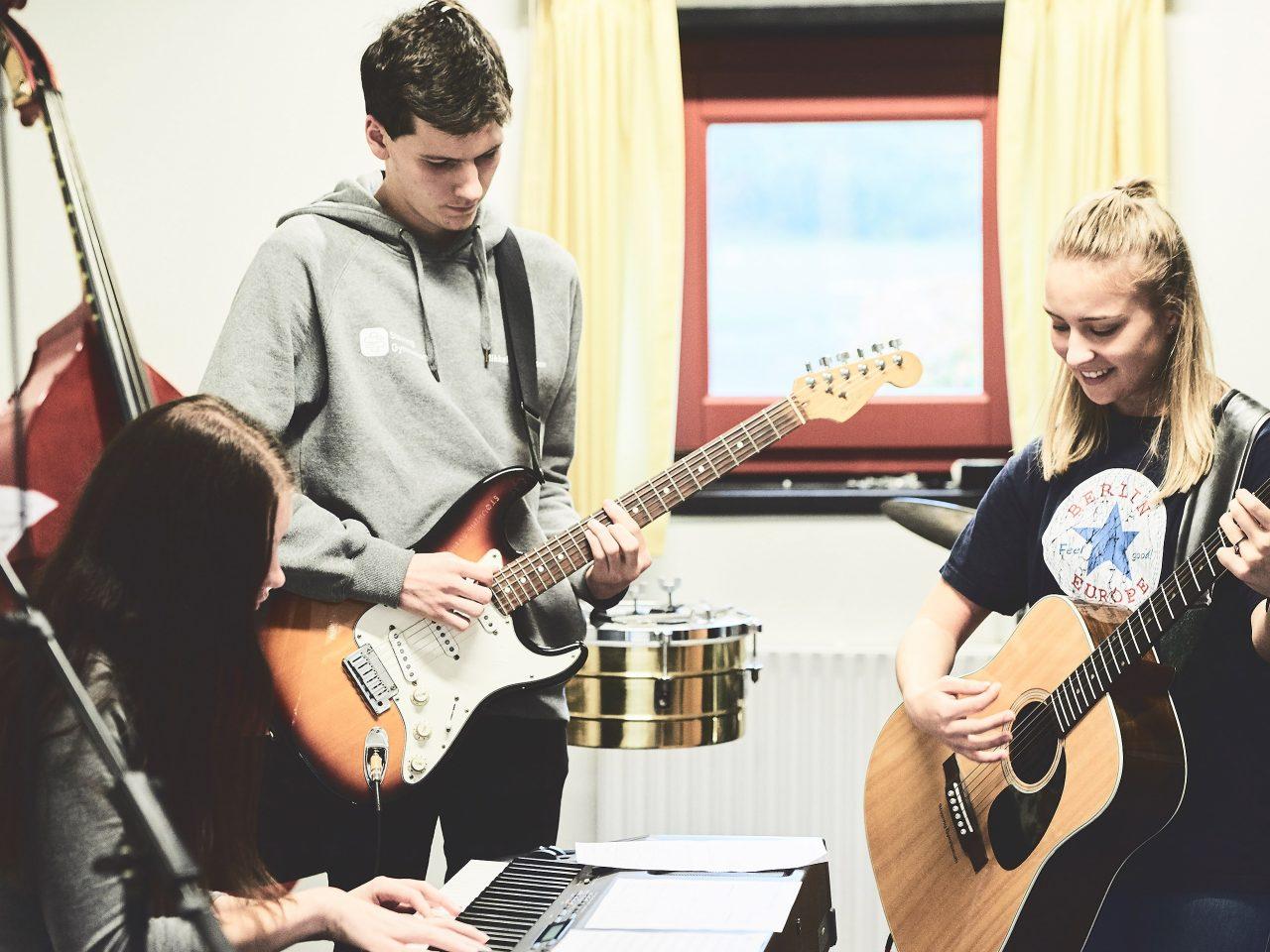 Elever har sammenspil i en musiktime