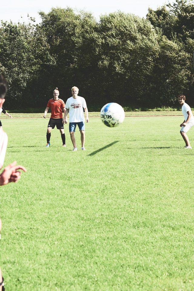 Elever spiller fodbold