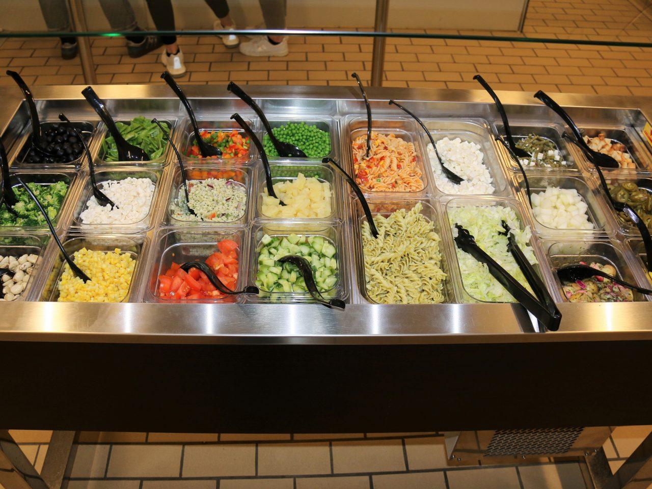 Billeder af salatbaren fra kantinen