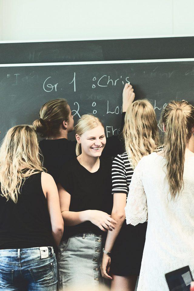 Elever står ved tavlen