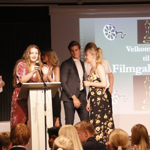 Gruppen bag filmen Uskyld er på scenen for at modtage en pris