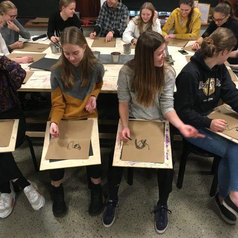 Elever arbejder med et projekt i billedkunst