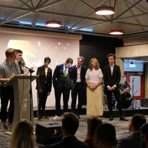 Gruppen bag filmen SuperGlassGuy er på scenen for at modtage en pris