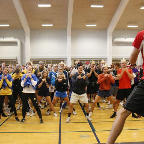 Elever varmer op til skolens idrætsdag