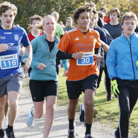 Elever i gang med at løbe 5 km.