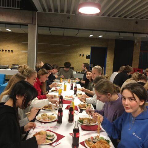 Elever spiser kinesisk mad