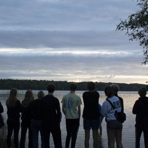 Elever kigger ud over Madum Sø