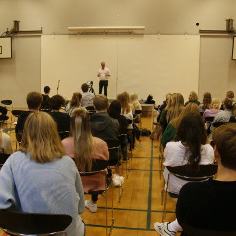 David Trads holder foredrag på skolen