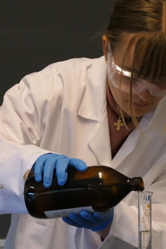 Forsøg med at lave nylon i kemi