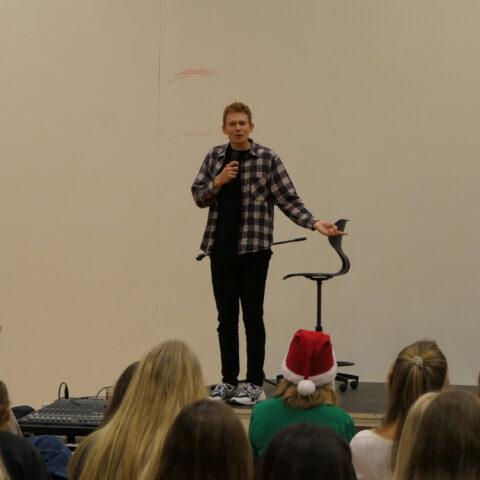 Mikkel Klint på scenen på SGY